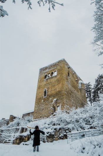 Lobdeburg Castle in Jena covered in snow