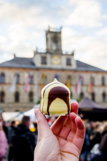 choco kiss in front of Weimar's townhall, Germany